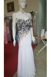 богато обсипана с ръчно зашита декорация рокля в бяло с гол гръб