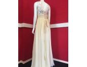 орнаментирана рокля в шампанско или бяло подходяща и за бременни