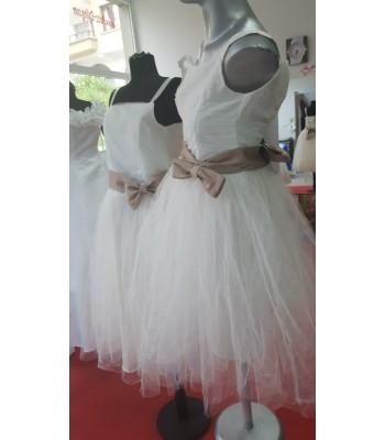 дълги шаферски сватбени роклички за момиченца с панделки от двете страни