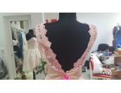 изтънчена дантелена рокля Palaz Styling  в пепел от рози с полугол гръб