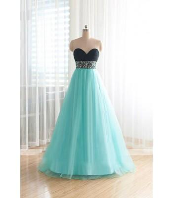 нежна бална рокля със сърцевиден дизайн