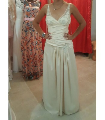 бутикова рокля в шампанско с полупрозрачни презрамки
