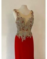 луксозна бална рокля с множество кристали и шлейф