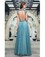 богато декорирана бална рокля с дълбоко изрязан гол гръб